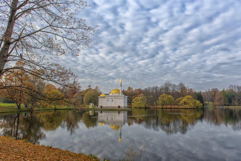 Banho turco na queda dourada no parque de Catherine, plutônio de Tsarskoe Selo fotografia de stock royalty free