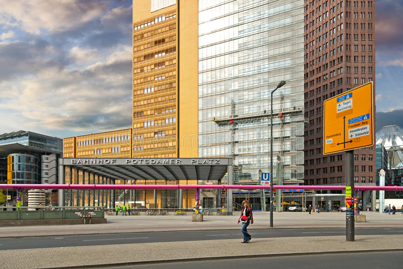 Banhof Potsdamer Platz i Berlin fotografering för bildbyråer
