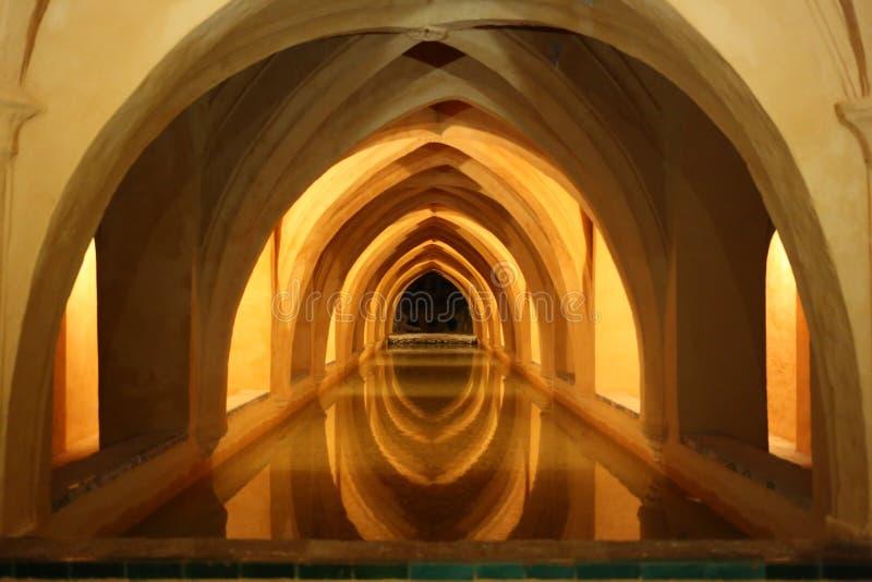 Banhos árabes do Alcazar real de Sevilha imagens de stock royalty free