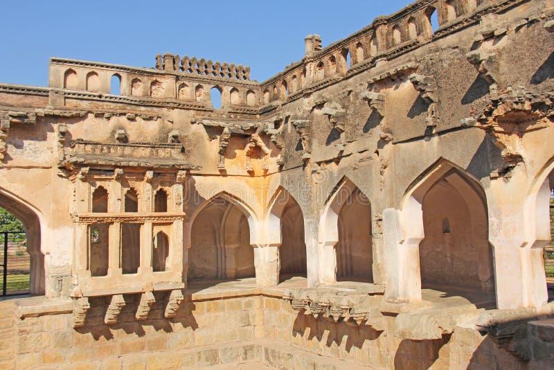 Banhos da rainha em Hampi, estado de Karnataka, Índia Cinzelando o anci de pedra fotografia de stock