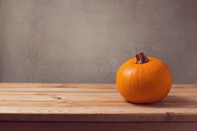 Bania na drewnianym stole nad nieociosanym tłem obraz stock