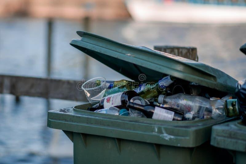 Banialuka płynie za zielonym koszu w UK od po weekendu pić w Jeziornym okręgu, Cumbria obraz stock