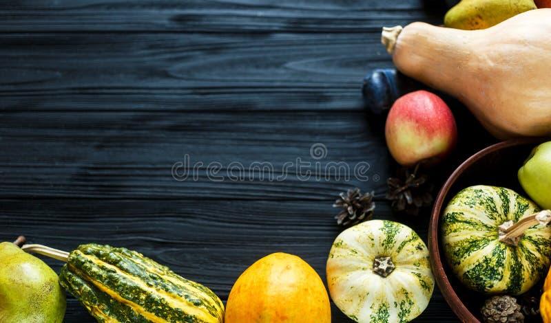 Banie, bonkrety, śliwki, jabłka na czarnym drewnianym stole, odgórny widok, bezpłatna przestrzeń dla teksta Dziękczynienie dnia s fotografia stock