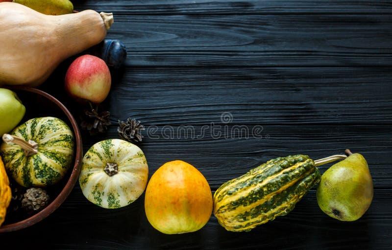 Banie, bonkrety, śliwki, jabłka na czarnym drewnianym stole, odgórny widok, bezpłatna przestrzeń dla teksta Dzi?kczynienie dnia s zdjęcie royalty free