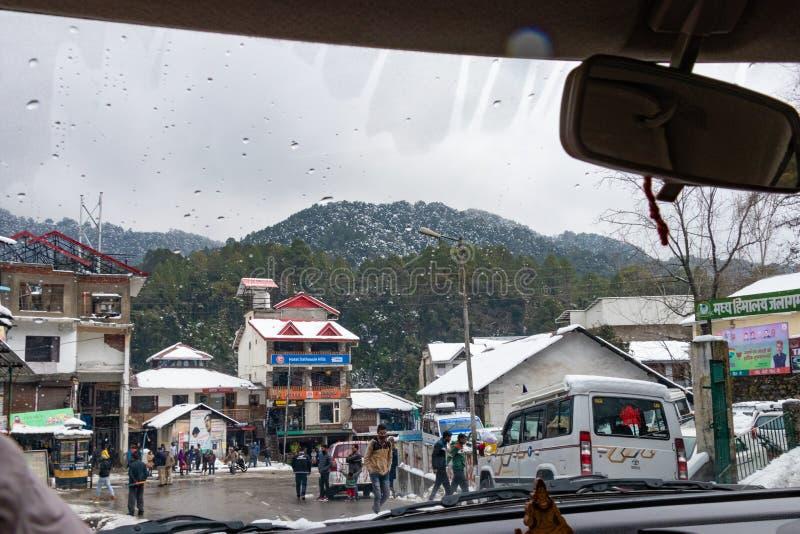 Banikhet, Dalhousie, Himachal Pradesh, ?ndia - em janeiro de 2019 Ap?s consequ?ncias da queda de neve pesada, dos turistas e de p imagem de stock royalty free