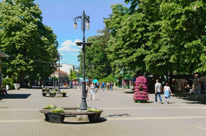 Banja de Vrnjacka, Serbia-5 30 2017: 'promenade' en el centro de la ciudad, calle principal foto de archivo libre de regalías