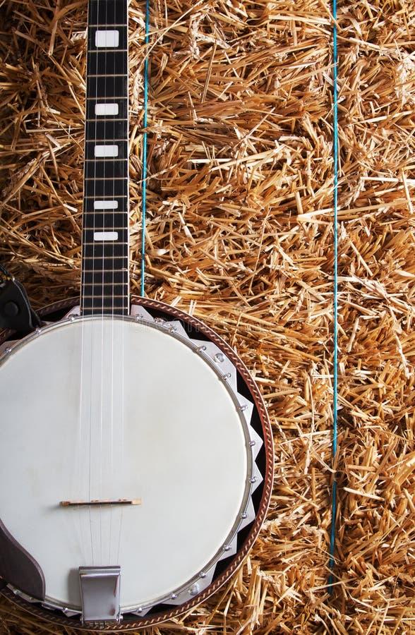Banjo su una pila del fieno immagine stock libera da diritti