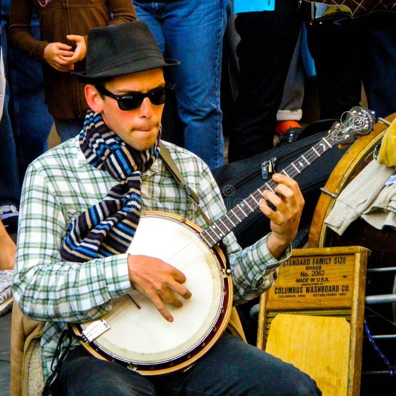 Banjospelaren från musikbandet kallade Tuba Skinney royaltyfri foto