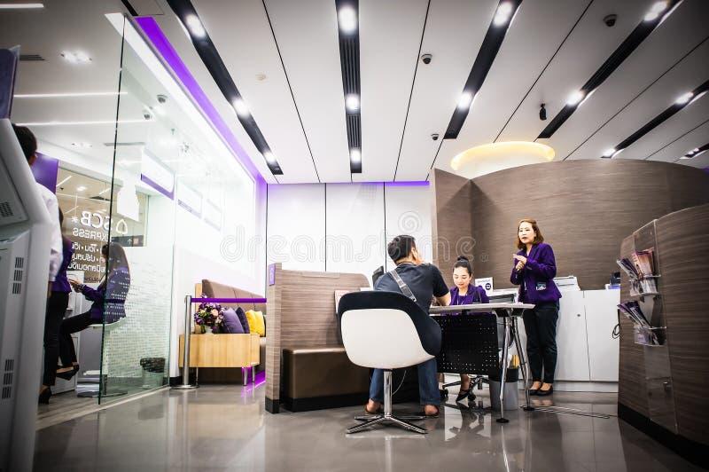 Banków pracownicy wyjaśniają klienci w biurze przy Środkowym domem towarowym Trad drogowy Bangkok Tajlandia obraz stock