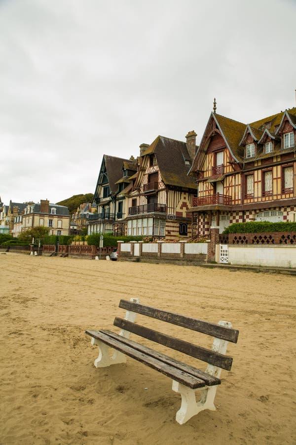 Bank auf dem Sand von Trouville-Strand stockfotografie