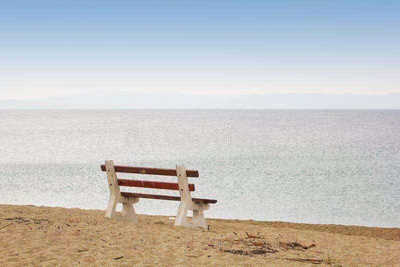 Bank auf dem Strand stockbilder