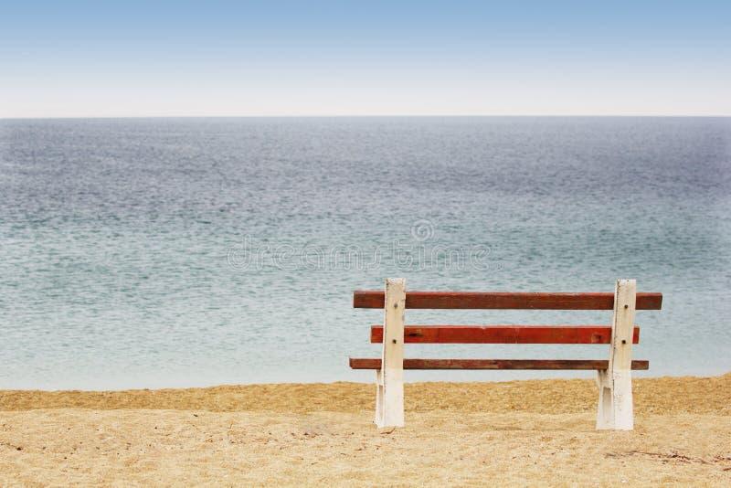 Bank auf dem Strand lizenzfreie stockfotos