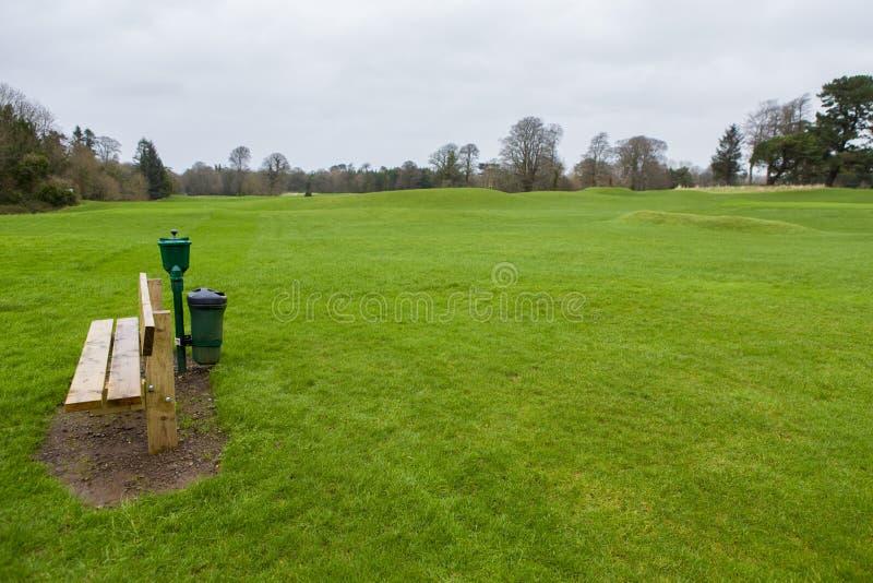 Bank auf einem Golfplatz stockbild
