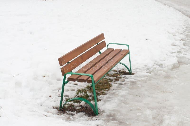 Bank auf geschmolzenem Schnee lizenzfreie stockbilder