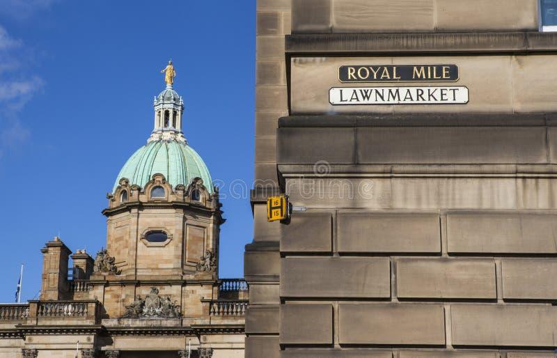 Bank av Skottland och ett gatatecken för den kungliga mil royaltyfri foto