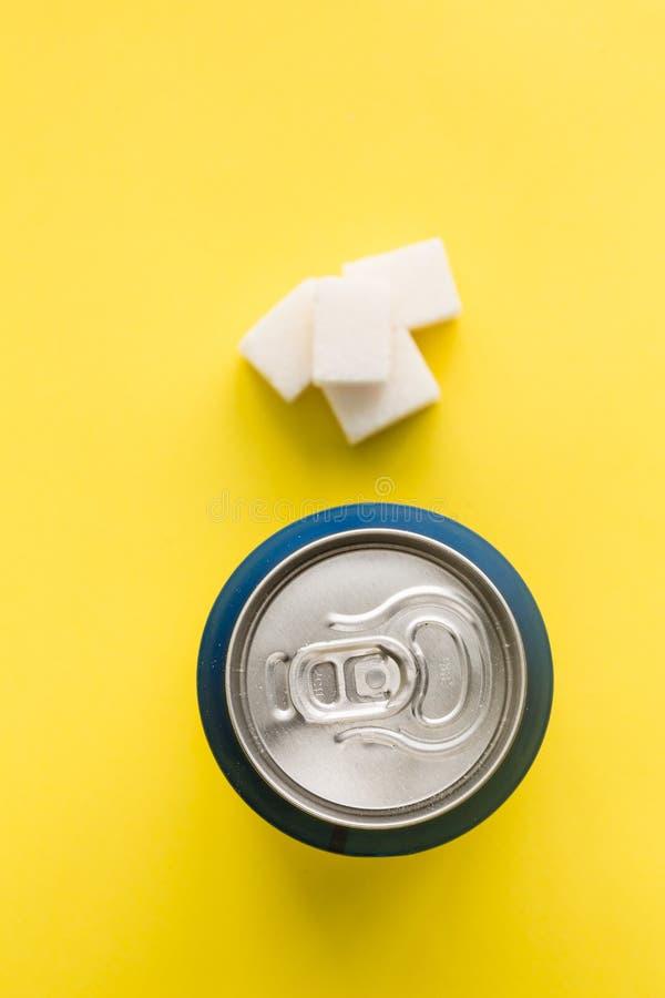 Bank av sodavatten- och sockerkubskräpmat royaltyfri bild