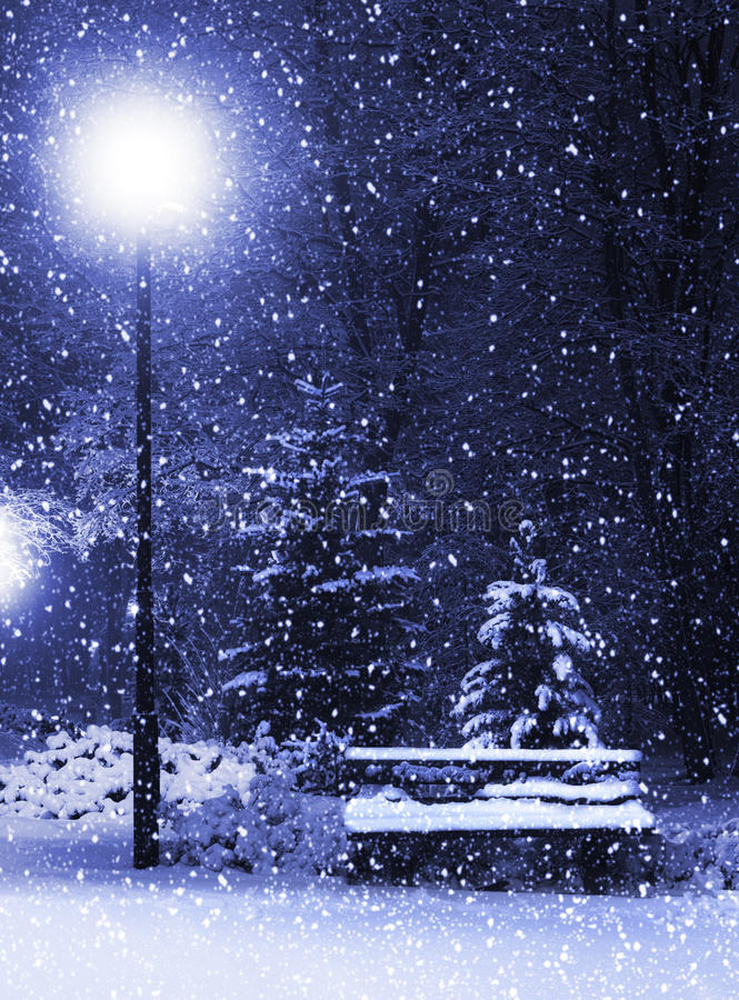 Bank, christmastree und Laterne lizenzfreie stockfotografie