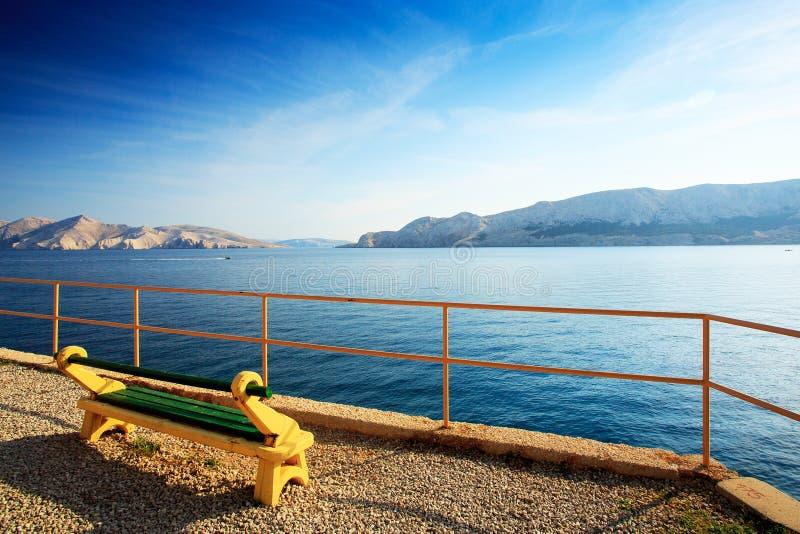 Bank, die heraus zum adriatischen Meer schaut lizenzfreie stockbilder
