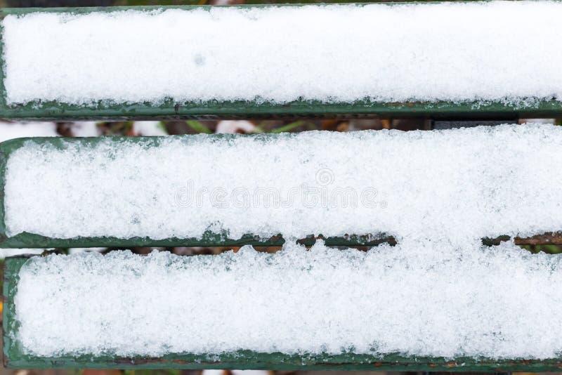 Bank die in Sneeuw wordt behandeld royalty-vrije stock afbeeldingen