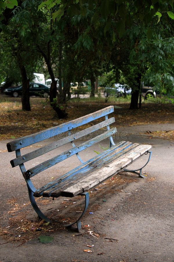 bank in een klein park royalty-vrije stock fotografie
