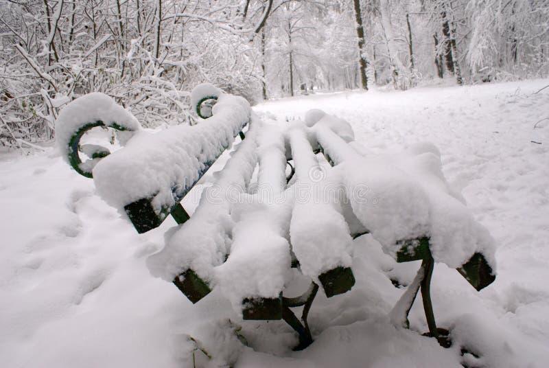 Bank in een sneeuw stock afbeelding