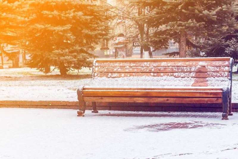 Bank in een snow-covered park royalty-vrije stock afbeeldingen