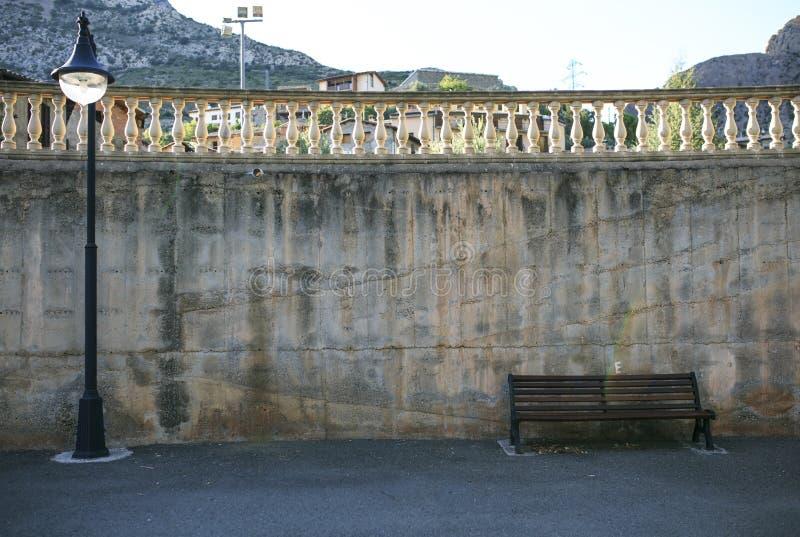Bank en straatlantaarn in een stad van Spanje royalty-vrije stock afbeeldingen