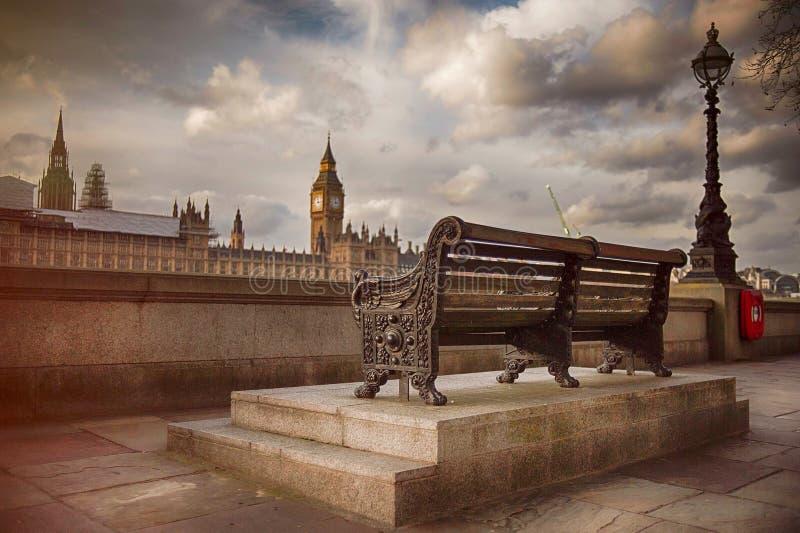 Bank entlang der Themse mit Blick auf Big Ben lizenzfreies stockbild