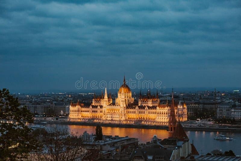 Bank för flod för belysning för Budapest parlamentnatt gul arkivbild