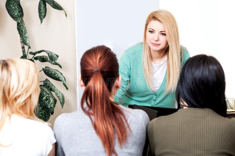 Bank för lagledare för män för kvinna för grupp för kompis för grupp för utrymme för arbete för lag för affär för dator för kursl royaltyfri fotografi