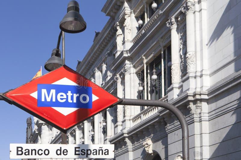 Bank för tunnelbanastation av Spanien Banco de Espana på den Alcala gatan arkivbild