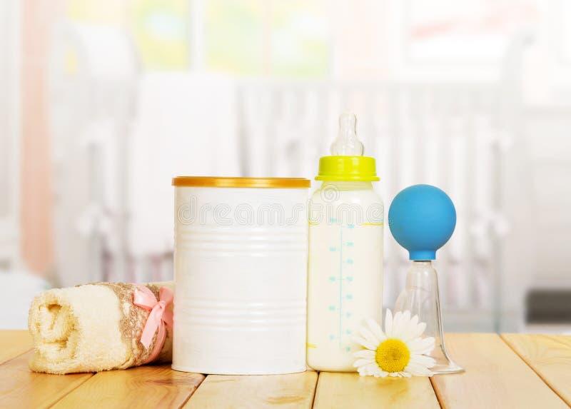 Bank gepoederde melk, fles, handborstpomp op keuken royalty-vrije stock foto