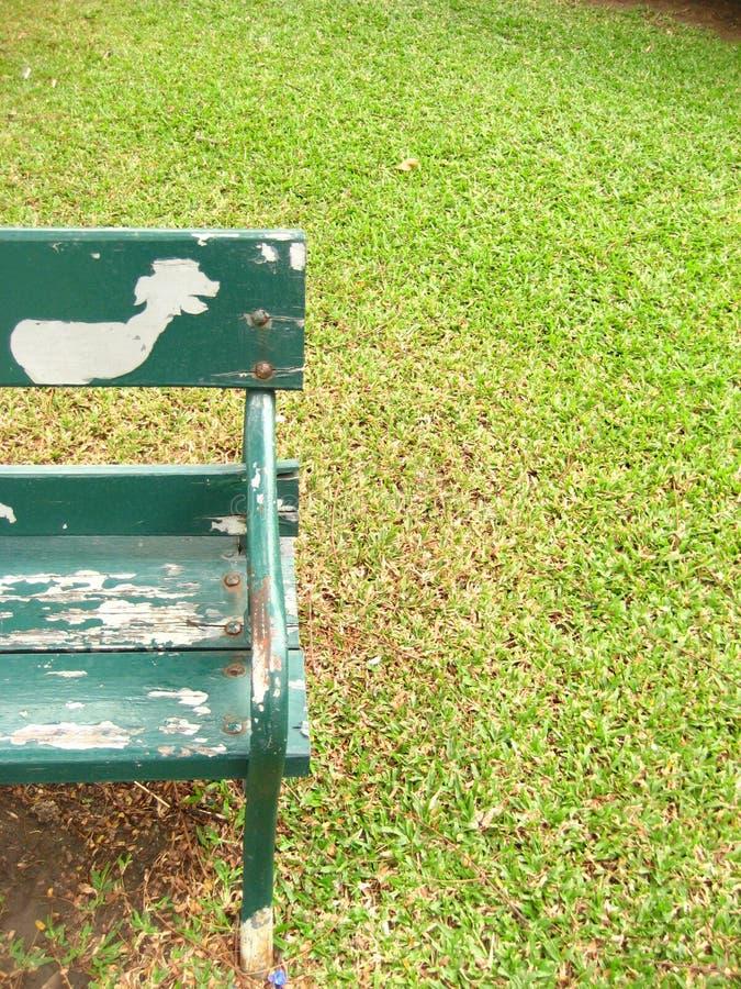 Bank in het park stock afbeeldingen