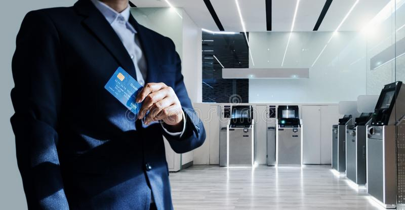 Bank karta kredytowa w ręce stoi pewnie i kierownik obrazy stock