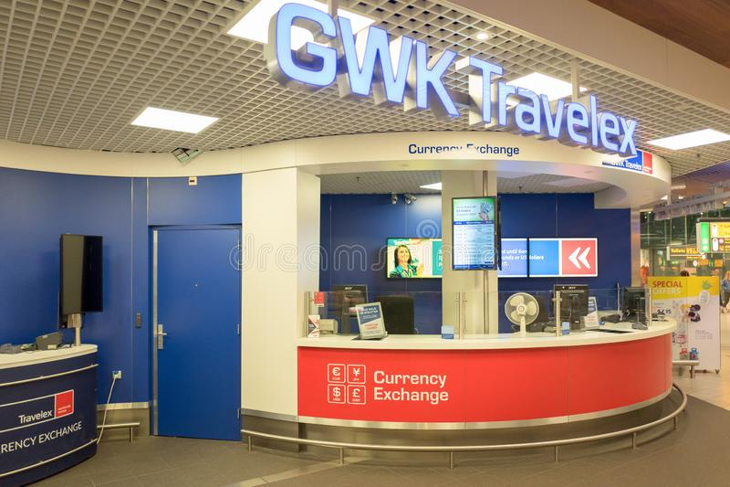 Bank med bankomaten på den internationella flygplatsen Schiphol i Amsterdam, Nederländerna royaltyfria foton