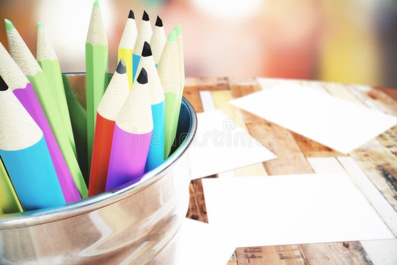 Bank med kulöra blyertspennor på trätabellen vektor illustrationer