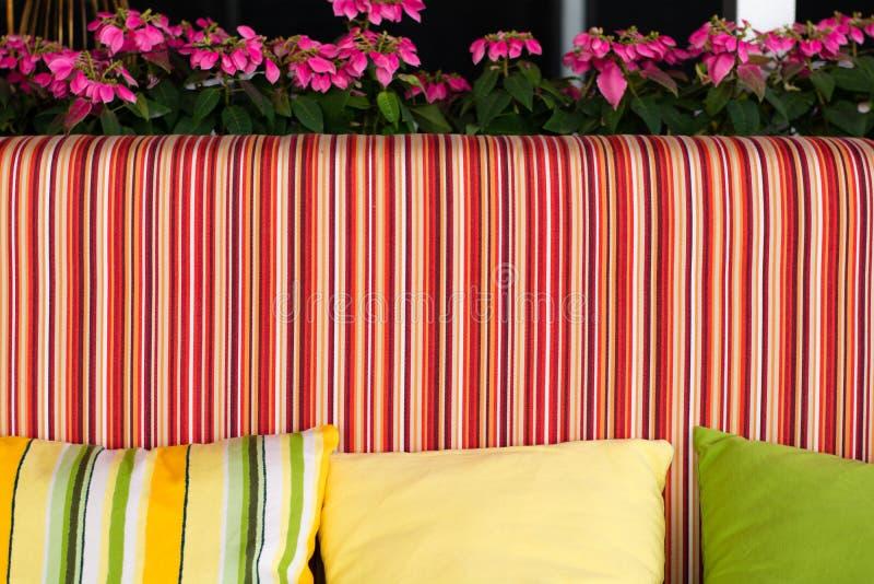 Bank met mooie kleurrijke hoofdkussens royalty-vrije stock foto