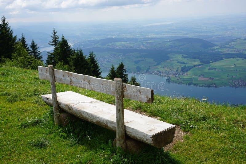Bank mit Ansicht in Schweizer Alpen stockfotos