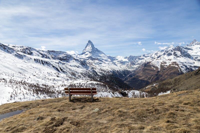 Bank mit Matterhorn-Ansicht lizenzfreie stockfotos