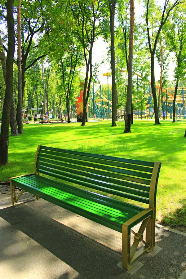 Bank in mooi park met vele groene bomen stock foto's