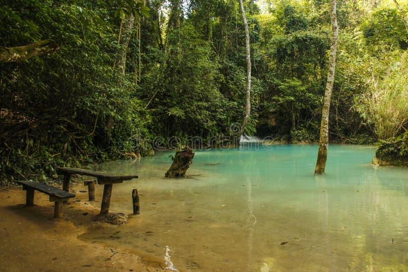 Bank nahe Kuang Si-Wasserfall stockbilder
