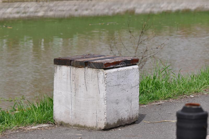 Bank nahe Wasser stockfotos