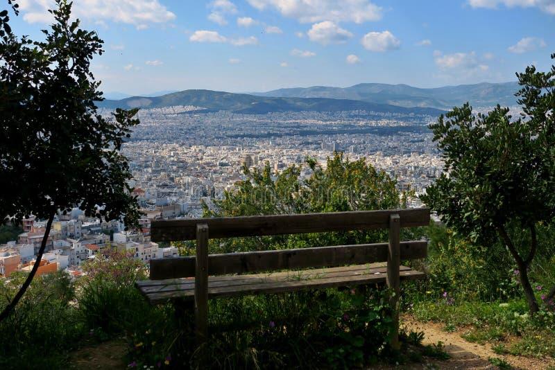 Bank op de berg die de grote stad overzien royalty-vrije stock foto