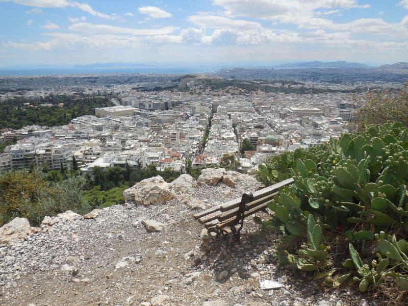 Bank op Lycabettus-Heuvel met Mening van Athene stock fotografie