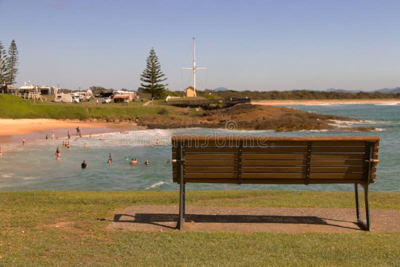 Bank over het bekijken het strand zuidwestenrotsen stock afbeelding