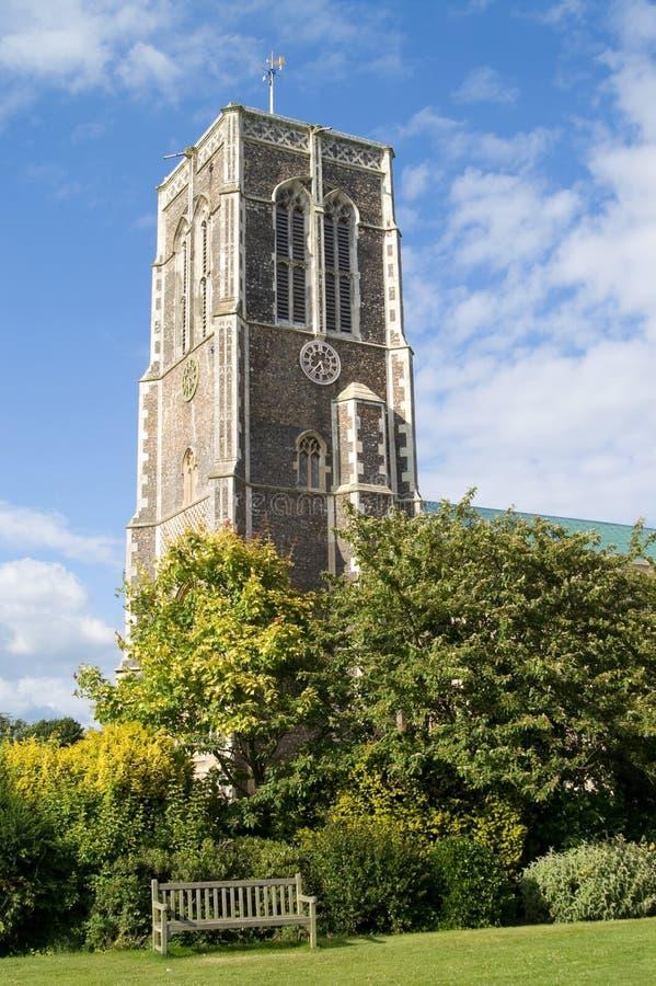 Bank in park en kerktoren stock foto