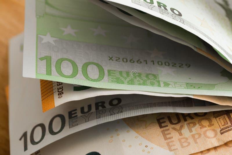 bank repet för anmärkningen för pengar för fokus hundra för euroeuros fem Pengar i ett kuvert Europengarsedlar royaltyfri bild