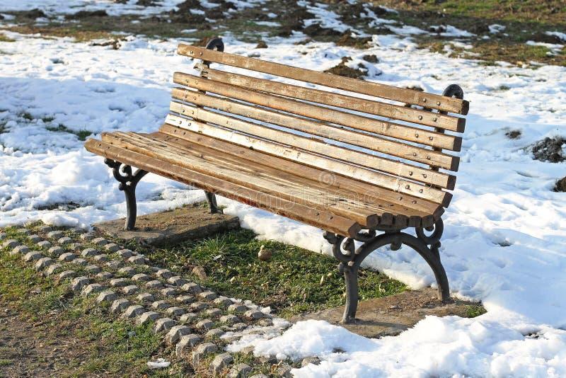 Download Bank in sneeuw stock afbeelding. Afbeelding bestaande uit bank - 39101727
