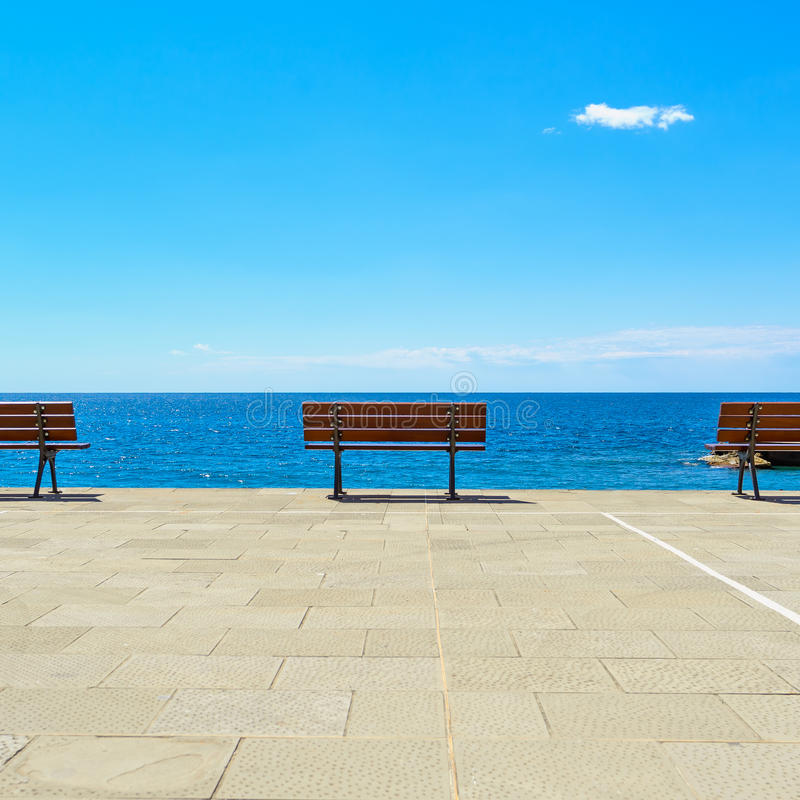 Bank, Terrasse und Ozean, Ligury, Italien lizenzfreie stockfotografie