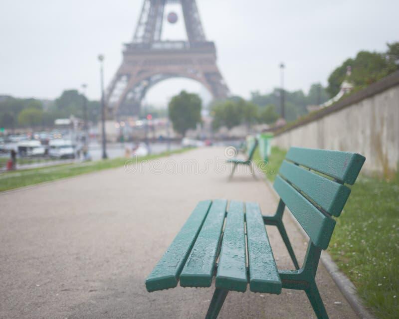 Bank und Eiffelturm lizenzfreie stockfotos
